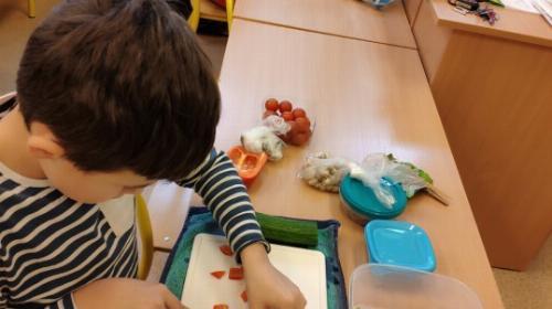 Obrazek galerii Program dla Szkół - sałatki owocowe w klasie II